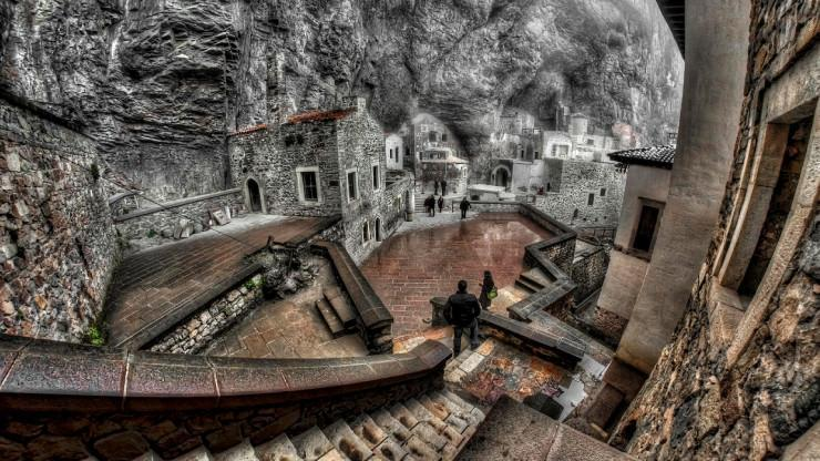 یک صومعه حک شده در کوه، ترکیه