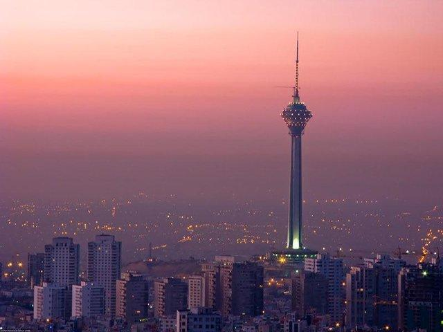 برج میلاد قرمز می گردد