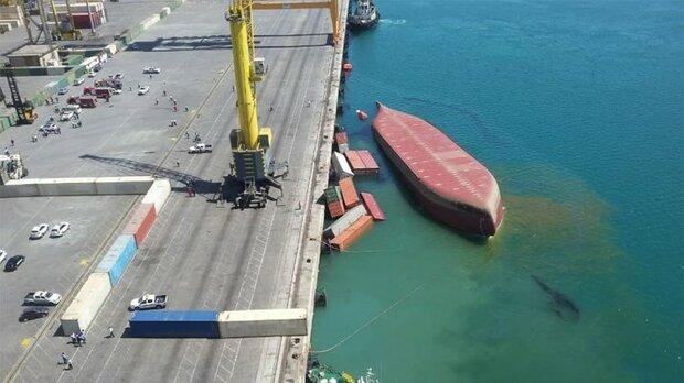 انتقال 11 کانتینر کشتی واژگون شده از دریا به محوطه بندری