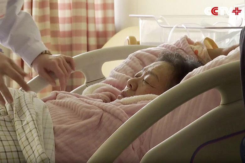 مادربزرگ 67 ساله ای در شرق چین نوزاد دختر خود را سالم به جهان آورد