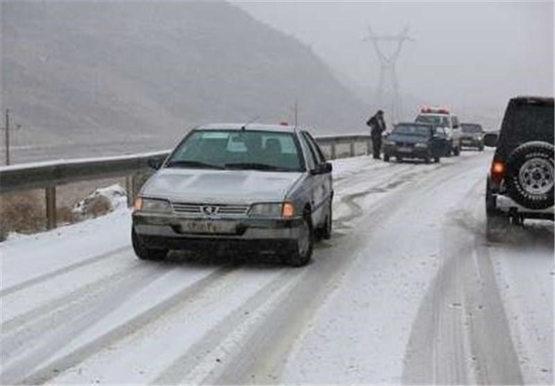برف جاده های همدان را لغزنده کرد