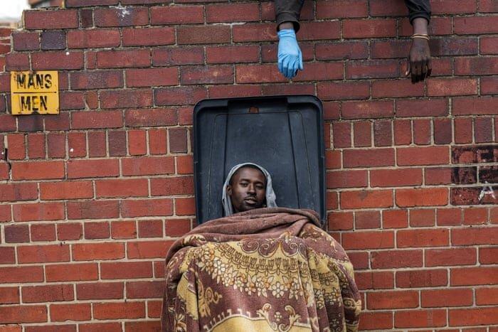 عکس ، قرنطینه فقیرانه مردم آفریقا در سطل زباله