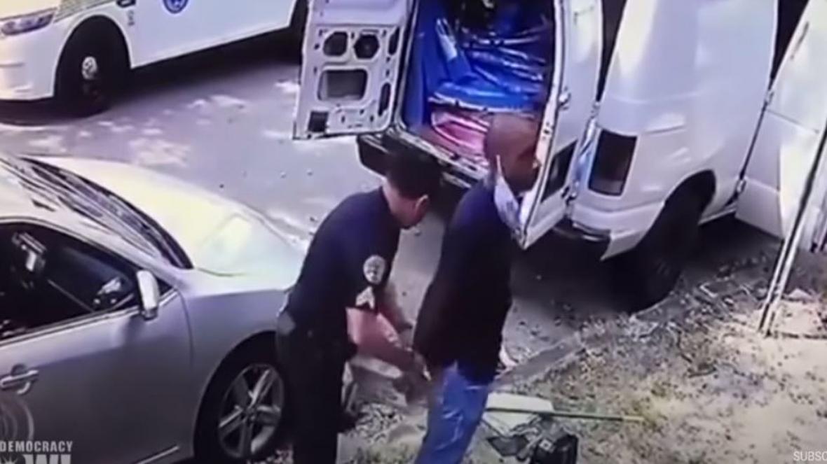وقتی یک پزشک سیاه پوست به جرم کمک به بحران کرونا، توسط پلیس آمریکا دستگیر می شود!