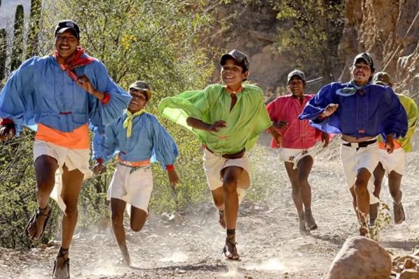 دویدن مسافت مافوق ماراتن با صندل های چرمی در مکزیک