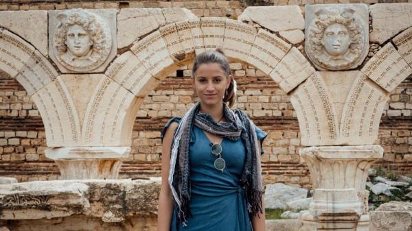 جوان ترین زن توریست دنیا چگونه هزینه سفرهایش را تامین می نماید؟
